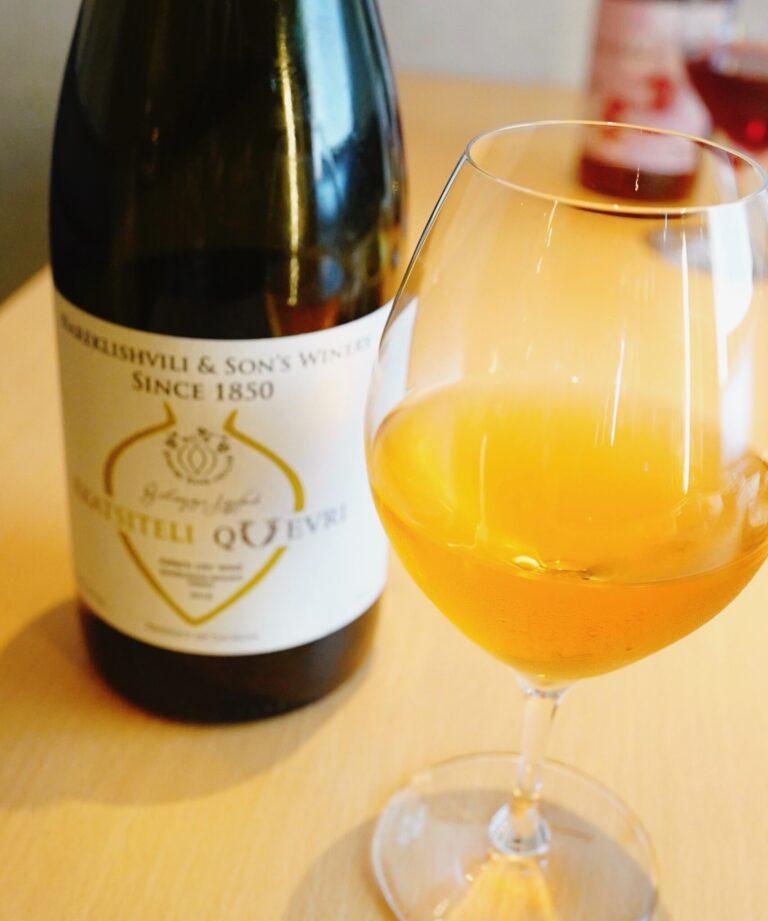 ジョージアのオレンジワイン「ルカツィテリ・クヴェヴリ」(グラス1杯799円)とともに。