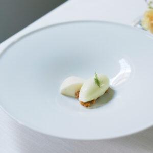 締めのデザートは、メロンのソルベとパンナコッタ。トッピングのクランブルのざくざく食感がやみつきに。