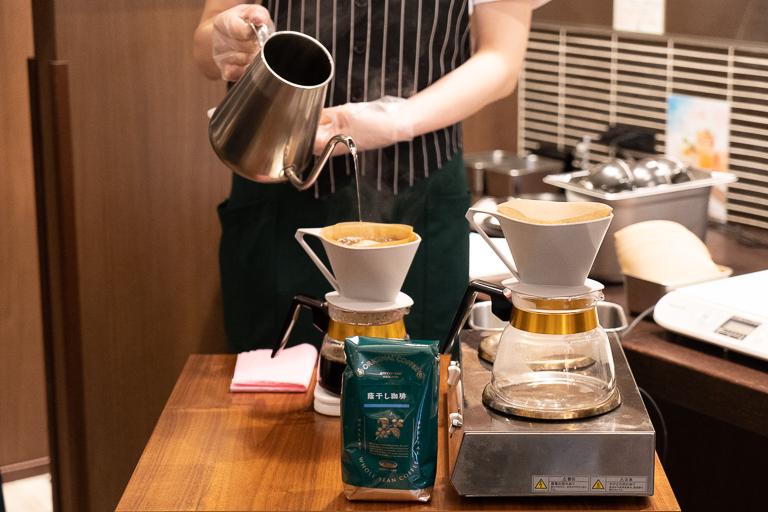 コーヒーはお店によってサイフォンとペーパードリップのどちらかで淹れています。