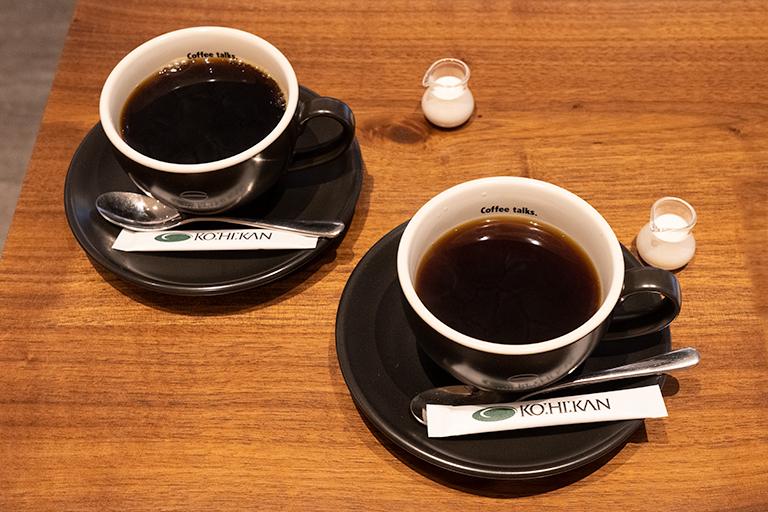 「完熟珈琲」(左)と「陰干し珈琲」(右)。各530円。