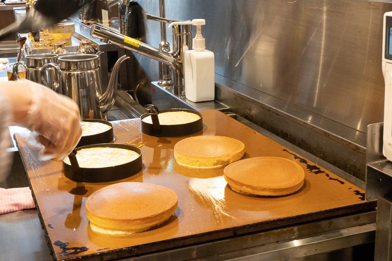 銅板で1枚ずつ焼かれるホットケーキは焼き色がおいしそう!