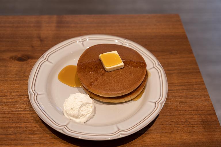 「トラディショナル・ホットケーキ」はホイップクリームが付いて2枚560円、1枚450円。
