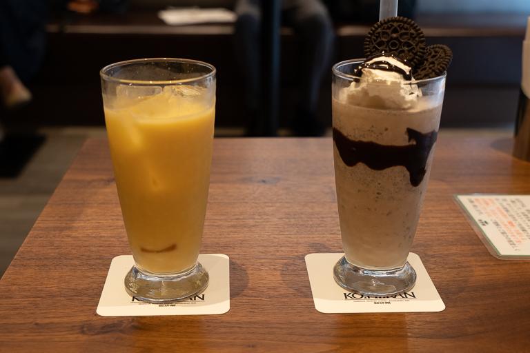 左「フルーツ牛乳ミックス」530円。右「プレミアムフロスティ(クッキー&クリーム)」680円。