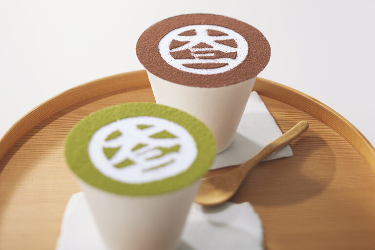 「大三ぱふぇ」は、地球に優しい紙カップでテイクアウトが可能に。抹茶810円、あんこちょこ864円。