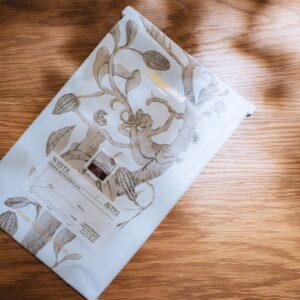 使用されているホワイトチョコレートは、ヨーロッパの国際コンペティションで銀賞を獲得したオーガニックチョコレート。店頭でも販売しています。