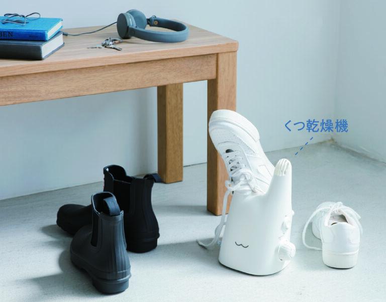雨や洗濯などでぬれた靴や運動後の湿った靴を乾かせる。本体を倒せば長靴やブーツにも対応。  くつ乾燥機(W16×D12×H22㎝)3,045円/ベンチ12,980円/その他スタイリスト私物