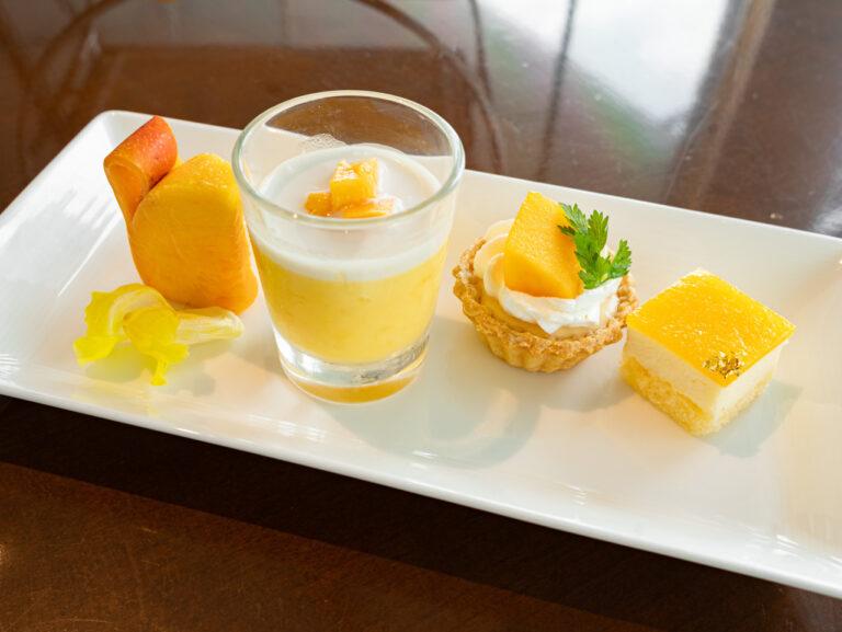 左から「フレッシュマンゴー」「マンゴープリン」「レモンとマンゴーのタルト」「マンゴーのレアチーズケーキ」。