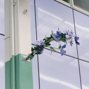 商店街の街灯に挿しこまれた花