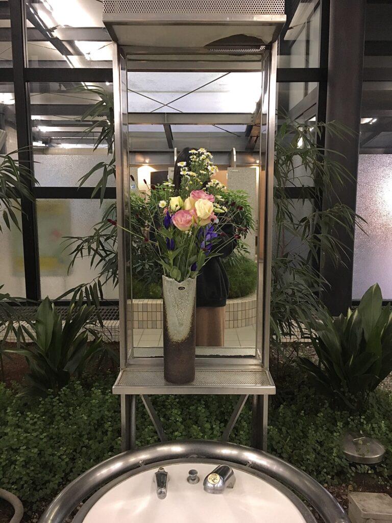 サービスエリアの洗面鏡の正面に花