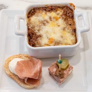 上から時計回りに「和牛スパイス風味ドリア」、「パテ・ド・カンパーニュ ピンチョス仕立て」、「生ハムとクリームチーズのタルティーヌ」。