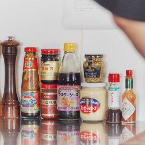 左から順に、ホワイトペッパー、ブラックペッパー、オイスターソース、甜麺醤、豆板醤、ウスターソース、粒入りマスタード、マヨネーズ、ナンプラー、タバスコ。調理にも使うし、かけるだけで一気に異国感アップ。