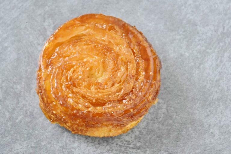 「クイニィアマン」(260円)は、ブルターニュ地方の郷土菓子で、ブルトン語で「バターの菓子」の意味。ドンクのクイニィアマンは生地に有塩バターを使用。バタースカッチのような味わいのカリッとした部分とサクッとしたパンが絶妙で、リピーターが多いのも納得。