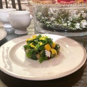 アフタヌーンティーにて提供する、爽やかな見た目が楽しめる「夏野菜とマンゴーのサラダ」。