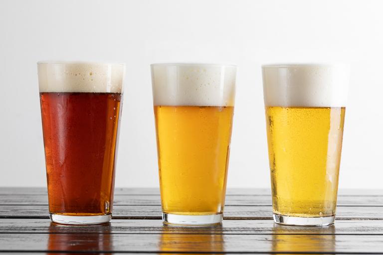 〈鎌倉ビール〉は定番の「月(アルト)」、「星(ペールエール)」の2種類に加えて特別醸造ビールが提供されます。