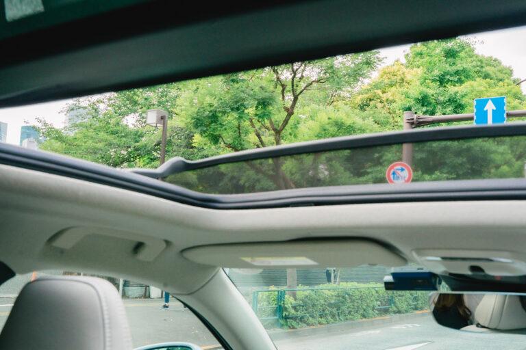指先一つでサンルーフが開いて新鮮な空気と景色を楽しめる・・・!箱根の風を感じながらの運転は気持ちいい〜。
