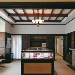 鎌倉にゆかりのある文学者たちの直筆原稿や手紙、愛用品などが、時代ごとに並んでいます。