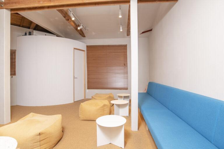 青のソファがアクセントになっている2Fのラウンジ。