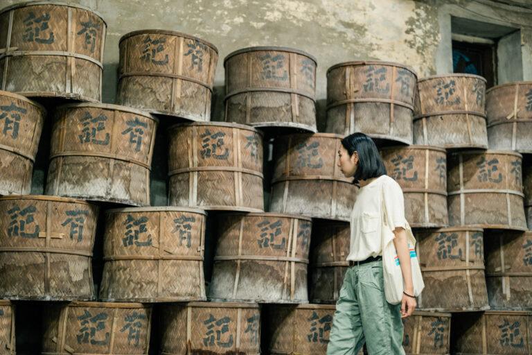 竹製のカゴの前で。この中に茶葉を入れて炭火で焙煎する。お茶作りには大切な道具だ。