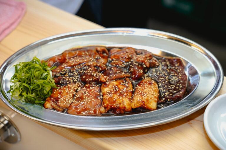 「千葉コース」の「黒ダレ」の皿。ふわふわ食感からコリコリ食感のホルモンまで幅広いラインアップ。