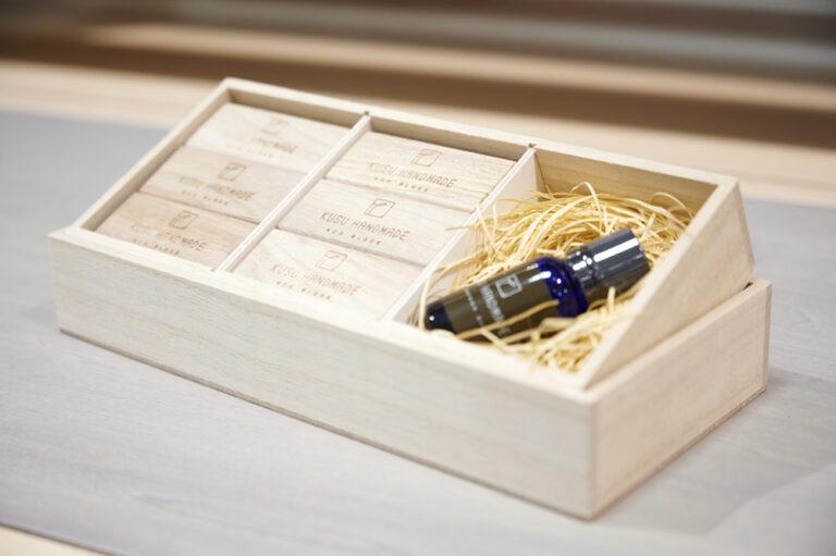 佐賀県の「KUSU Eco Block」は、楠の端材を利用した防虫ブロック。エコブロック 12個 カンフルオイル10ml付き 桐箱入り3,300円。