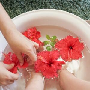 朝摘み取ったハイピスカスが浮かぶ足湯で歩き疲れた足をリフレッシュ。
