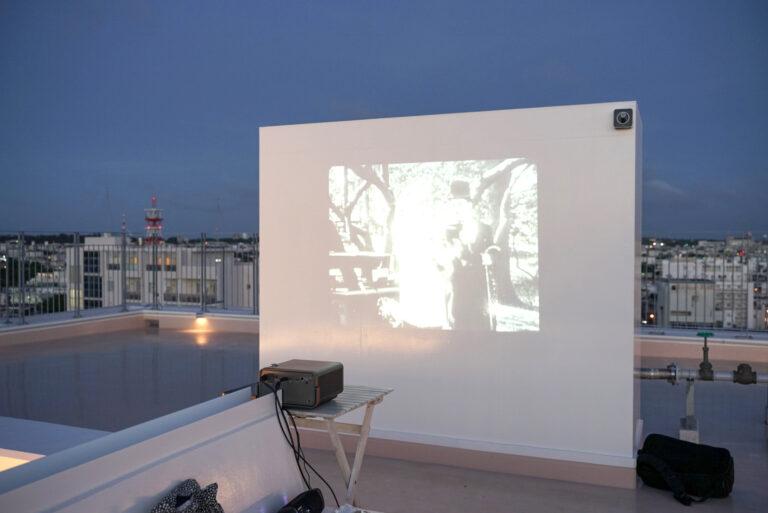 夜になるとシアターも上映。幻想的な空間で、夜も素敵。ルーフトップ利用可能時間は16:00~23:00。