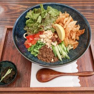名物メニュー「Asian まぜ麺」1,080円。ソイミートまぜ麺でも対応可。