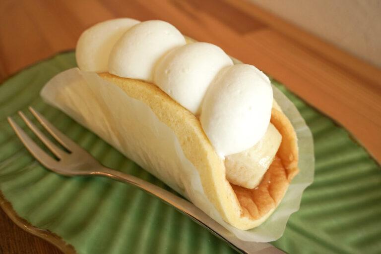 ビスキュイの生地に完熟バナナをまるごとのせ、クリームとサンドした「生バナナケーキ」。