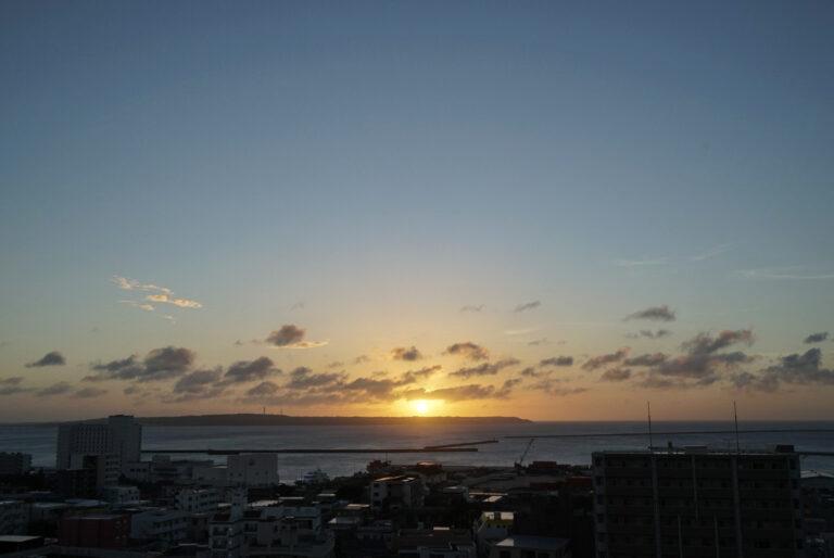 青い空と夕日のグラデーションに感動。一年を通して利用できる、宮古島の海を一望できる屋上テラスラウンジ。