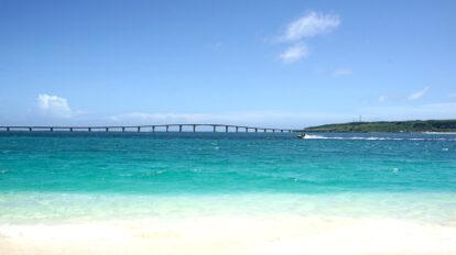 白い砂浜が辺り一面に広がり、コーラルブルーに光り輝く海を眺められる「前浜ビーチ」。