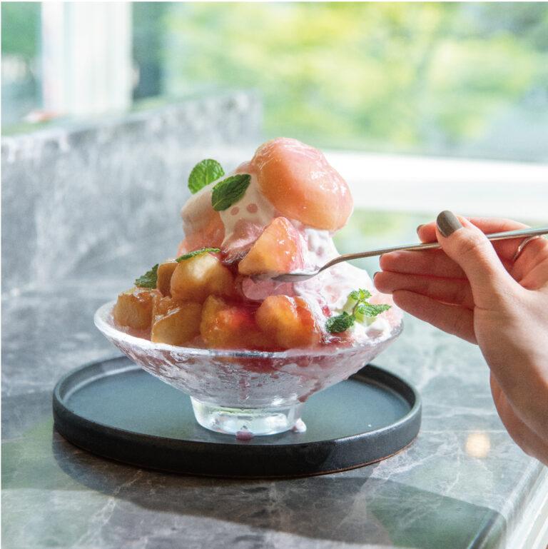 〈バール ア ヴァン パルタージエ〉の「白桃とココナッツクリームのかき氷」1,700円(1日10食限定)。