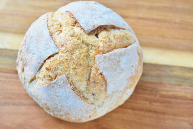 「カンパーニュ」は、小麦粉にライ麦、オーツ麦、ひまわりの種などをふんだんに入れて長時間焼いたハードタイプの田舎パン。