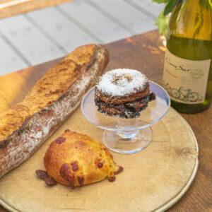 左から「バタール」290円、「チーズパン(干しえび風味)」230円、「アップルパイン」390円。