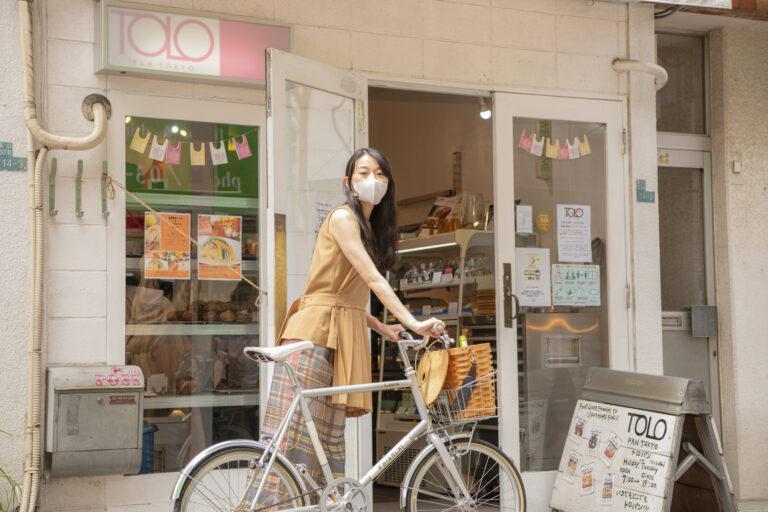 自転車のカゴにワインを入れて、いざ〈TOLO PAN TOKYO〉へ。