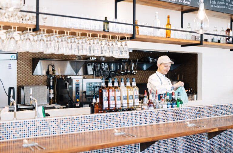 シェフの料理姿などが一望できるオープンキッチン。