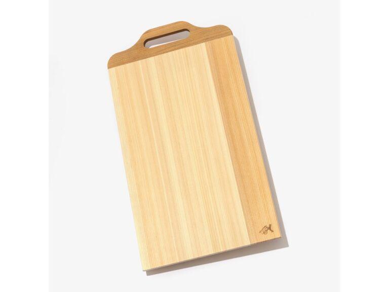 高知県の四万十ひのきと国産の桜材を使用。薄くて軽量、水切れ、水弾きが良く乾きやすいので永く使える「土佐龍 取手付きまな板(Lサイズ)」(4,620円)
