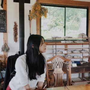 店内のカフェスペースにて。