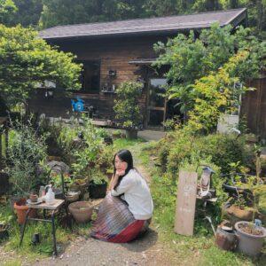 山小屋のような建物が〈MY HOUSE〉。謎にカッコつける私…。