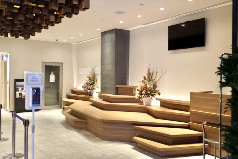 フロントの右手にあるオブジェは神戸のシンボル・六甲山をイメージしてデザイン。