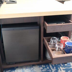 デスクの下には冷蔵庫やマグカップ、グラス、ディーバッグなどが。