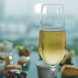 乾杯のグラスシャンパーニュ。※緊急事態宣言下はノンアルコールでの提供となります。
