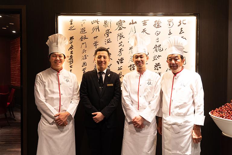 左からオーナーシェフの陳建太郎さん、レストランマネジャーの中村隆太郎さん、料理長の関根忍さん、会長の陳建一さん。