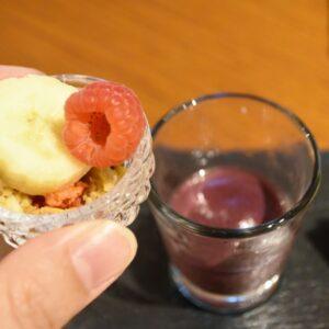「アサイーベリーのヴェリーヌ」は、凍らせてあるアサイーのスムージーにグラノーラやバナナ、ラズベリーを入れて味わいます。
