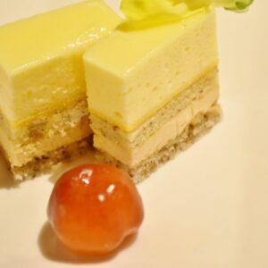 「アセロラとレモンのムース」は、よく見るとムースやクリーム、ビスキュイ、ダッグワーズなど何層にもなっている。