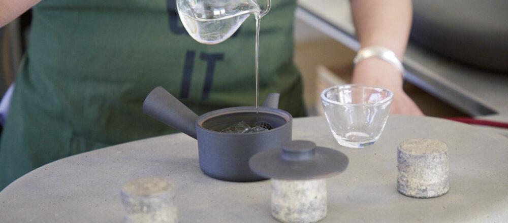 """「天竜茶葉 水出し急須4煎」800円の1煎目は氷と少しの水で。独自に開発した""""氷蒸し""""で抽出されるのは、茶葉の旨味(テアニン)だけを引き出しただしのような味わいだ。「今回改めて日本茶について勉強してみたら、茶葉をいかにコントロールするかが大事だと気がつきました」と店主。"""