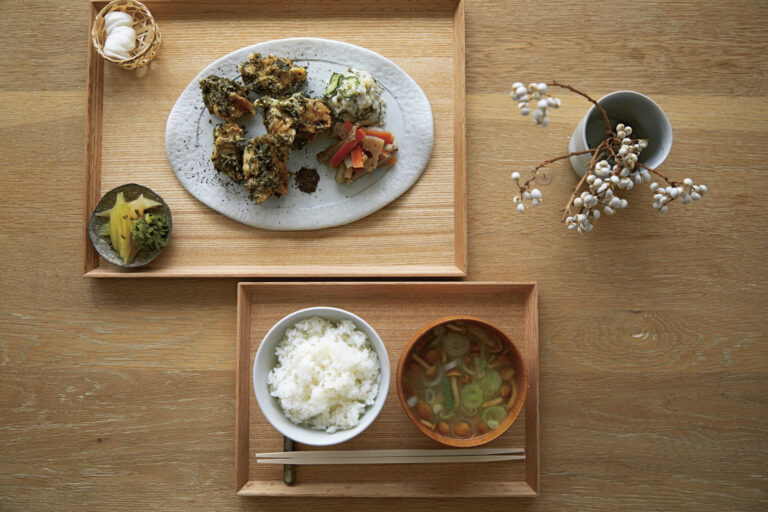 唐揚げの衣や野菜炒めに茶葉を絡め、お茶の栄養をそのまま摂ることができる「罪悪感のない唐揚定食」950円。生姜焼きやアジフライの定食も。