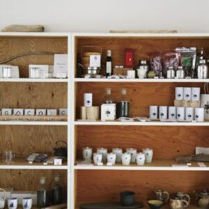 〈土熊〉は道内販売が中心で、都内で買えるのはここだけ。陳列される棚には、台湾で店を営むコーディネーター・青木由香さんが選ぶお茶道具も。お茶コミュニティサイト「CHAGOCORO」が厳選する全国の茶葉や、センスのいいティーポットなど、自宅でのお茶時間も豊かにしてくれそう。