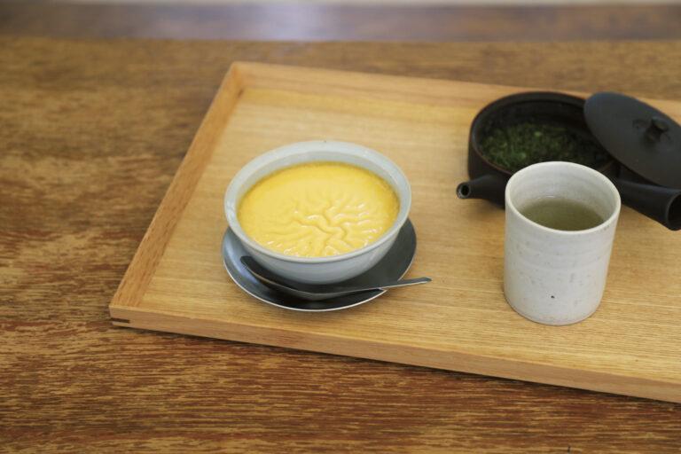 日本茶を使った定食や、ほっとするスイーツを供する。右・香港の屋台にあるような温かいプリンは、蒸籠から出したて。はふはふホットプリン500円。