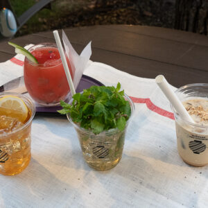 前列中央「吟醸モヒート」1,000円。奥「スイカドッグ」1,000円。