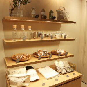 焼き菓子や茶葉などのお土産も販売。